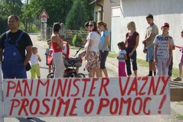 Obyvatelia Bolešova dali na cestu zátarasy.