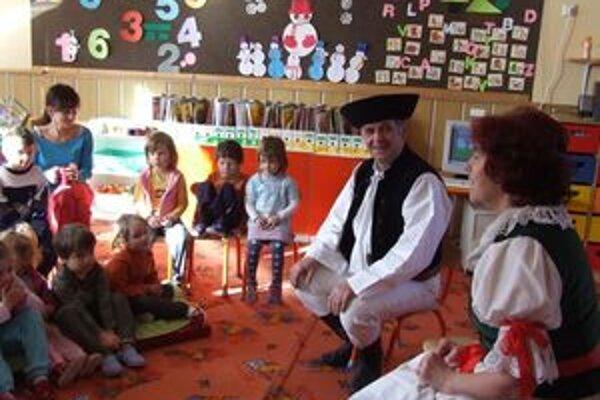 Manželia Kvetka a Dušan Migaľovci prišli do materskej školy v krojoch, porozprávali o ľudových zvykoch a naučili deti typický porubský tanec Čerešnička.