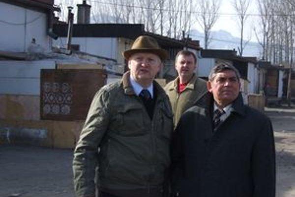 Ľudovít Galbavý (vpravo) s Dušanom Plačekom počas dnešnej návštevy Hlbokého.