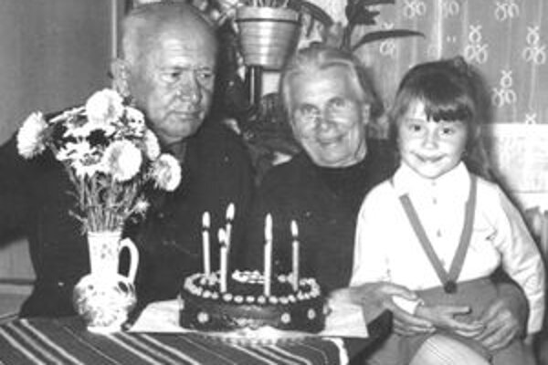 Ondrej Valentín Pavella sa po návrate z väzenia viac upol k rodine. Na fotografii s manželkou na oslave narodenín svojej vnučky Danielky.