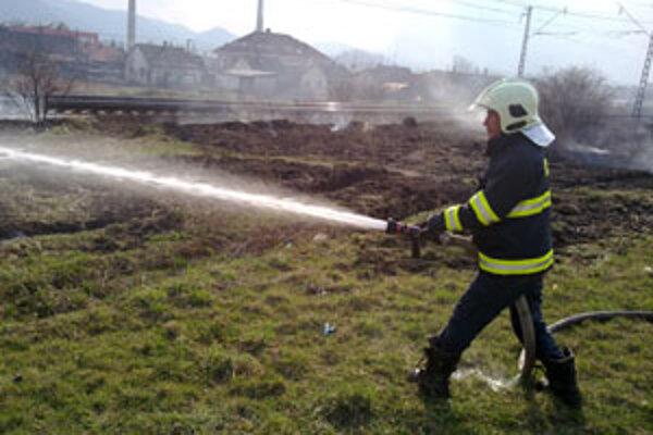 Hasiči dnes hasili aj trávnatý porast pri železničnej trati v Okoličnom.