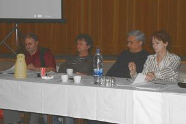 Poslanec Tibor Turza (tretí zľava) na poslednom mestskom zastupiteľstve.