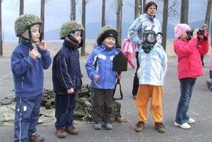 Na učiteľkinu otázku - Prečo majú vojaci plynové masky, deti odpovedali, aby sa skryli.