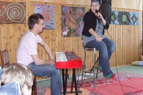 Katarínu Koščovú v hrádockej Čajovni za siedmimi horami sprevádzal hudobník Daniel Špiner. Obaja koncertovali bosí.