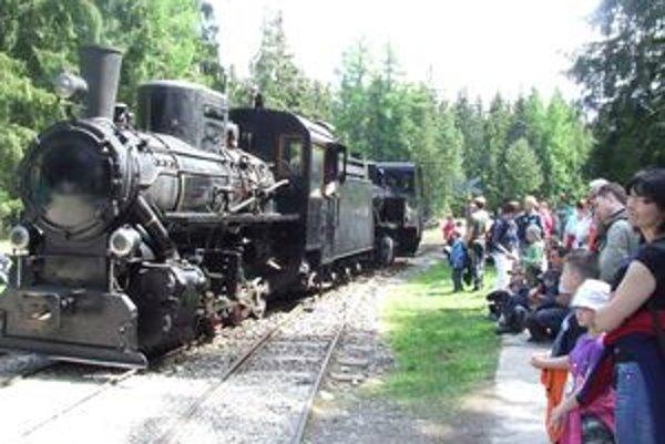 Kačena s novou lokomotívou v závese sa predviedla v pribylinskom skanzene na  Mašinparáde.