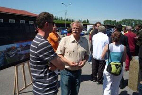 Alexander Slafkovský (druhý zľava) nebol počas položenia základného kameňa stavby novej lodenice veľmi nadšený. Vyjadril sa, že to bol taký smutno-slávnostný deň.
