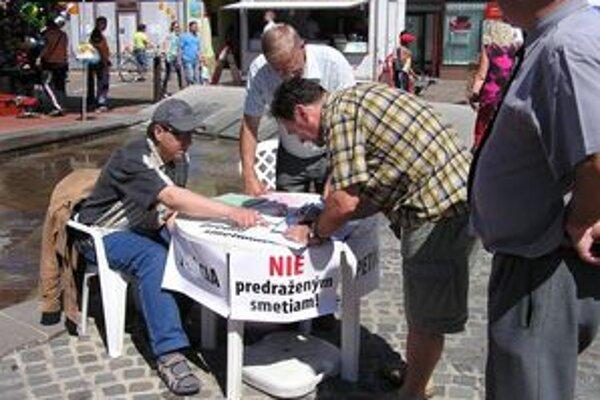 Začala sa petičná akcia proti možnému zvýšeniu ceny za smeti, ktorá by mohla byť dôsledkom dvadsaťročného prenájmu Verejnosprospešných služieb.