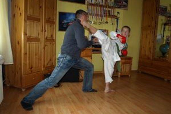 Otec a syn počas tréningu v detskej izbe v paneláku.