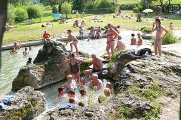 Prírodné jazierko v Liptovskom Jáne, ktoré domáci volajú Kaďa, prilákalo počas prvých teplých letných dní mnohých návštevníkov. Voda v ňom buble a lieči.