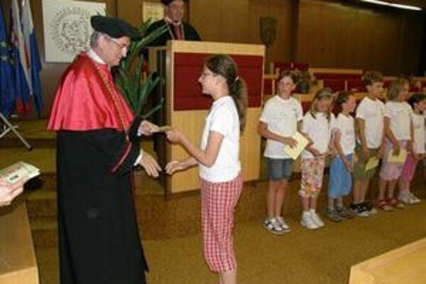 V Liptovskom Mikuláši sa na promócii absolventi Detskej univerzity cítili ako naozajstní vysokoškoláci.