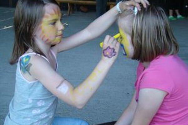 Maľovanie na tvár sa deťom páčilo.