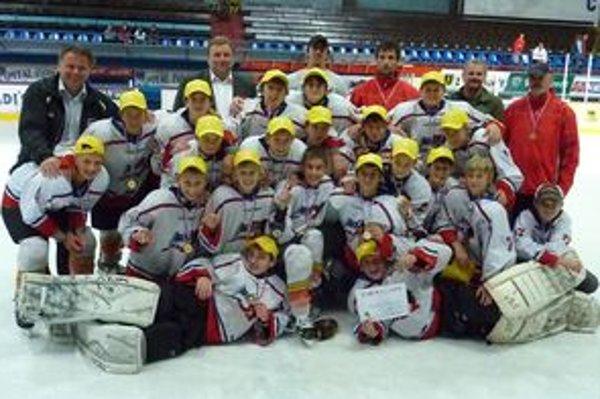Z víťazstva v turnaji sa tešili nielen mikulášski hokejisti a ich tréneri, ale aj primátor Ján Blcháč, riaditeľ MHk 32 Vlastimil Škandera a Milan Jurčina, ktorí im odovzdávali medaily.