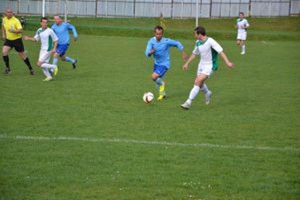 Prečín (v bielom) potvrdil svoju dobrú formu a zaslúžene si vybojoval postup do 4. ligy.