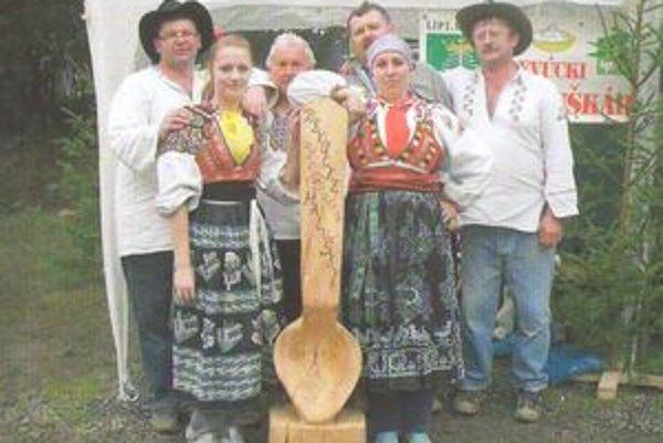 Halušky varili Pavol Baštigál, Martin Šimrák s manželkou, Ján Bubanský s dcérou a Pavol Žiačik.