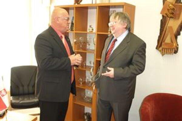 Veľvyslanec Poľskej republiky na Slovensku Andrzej Krawczyk (vpravo) diskutuje s honorárnym konzulom Poľskej republiky na Slovensku so sídlom v Liptovskom Mikuláši Tadeuszom Frackowiakom.
