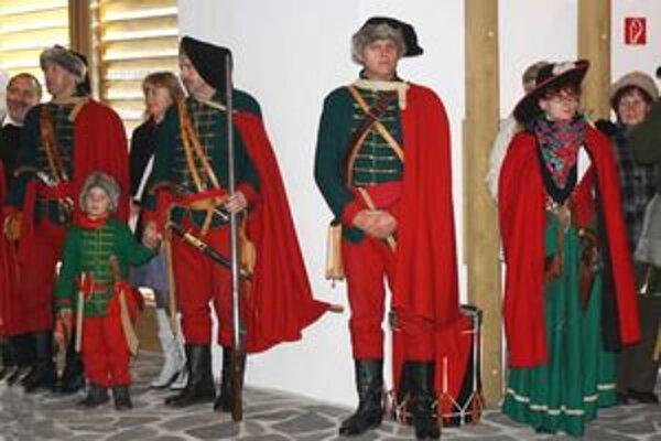Predstavitelia kurucov boli na otvorení múzea v dobových uniformách.
