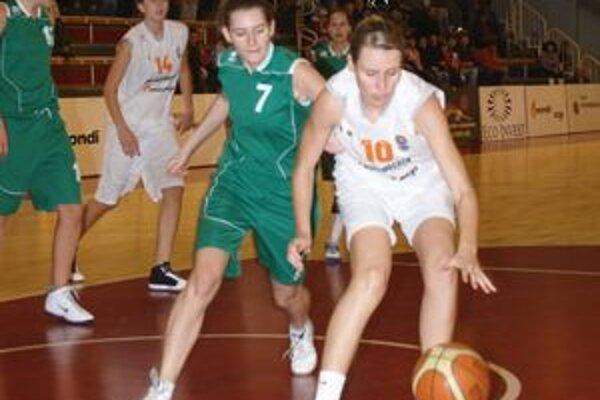 Domáce basketbalistky zaznamenali úctyhodných jedenásť trojok, Ružomberčanky ani jednu. Naopak, v doskakovaní boli lepšie Liptáčky.