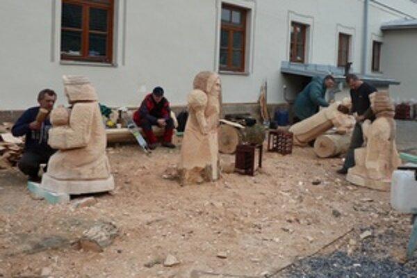 Liptovskí a oravskí rezbári pri zhotovovaní dreveného betlehemu.