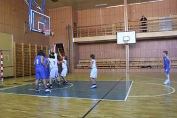 Mikulášski basketbalisti na domácej palubovke privítali banícke družstvá Handlovej a Prievidze.