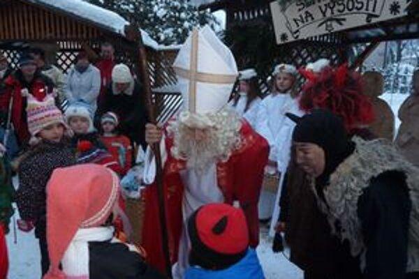 Pred hrádocký drevený betlehem prišiel v predvečer Mikuláša Mikuláš s plným košom balíčkov pre deti.