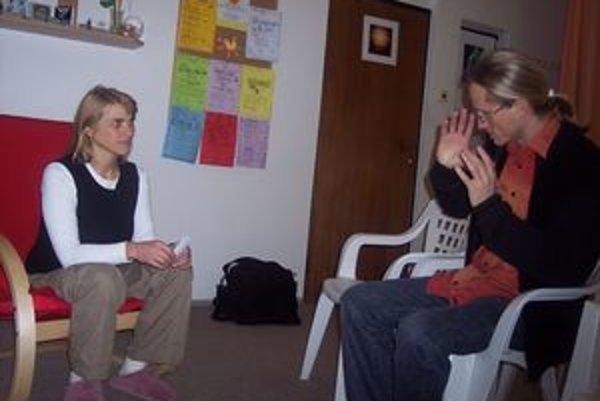 Astrológ Enki Hogh (vpravo) horoskop vždy vysvetľuje len pri osobnom stretnutí.