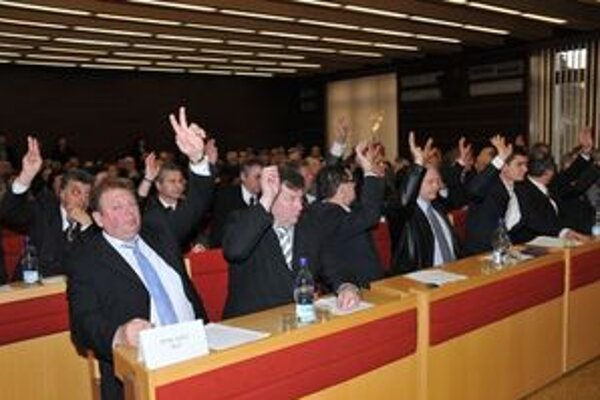 Novozvolení poslanci na  ustanovujúcom zasadnutí  Mestského zastupiteľstva  v Liptovskom Mikuláši hlasovali zdvihnutím ruky ako v škole.