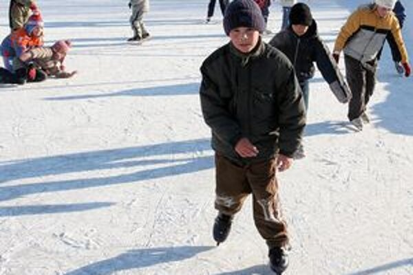 Na ľadovej ploche sa vystriedali ľudia z okolitých obcí ale aj z celého Liptova.