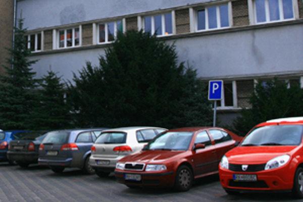 Parkovacích miest v Ružomberku je stále málo.