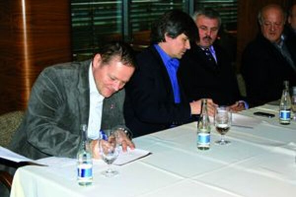 Členovia záujmového združenia podpísali spoločné vyhlásenie, ktoré poslali vláde aj do parlamentu.