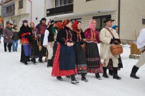 Sprievodmi v krojoch či maskách ožijú niektoré obce na dolnom Liptove aj túto sobotu.