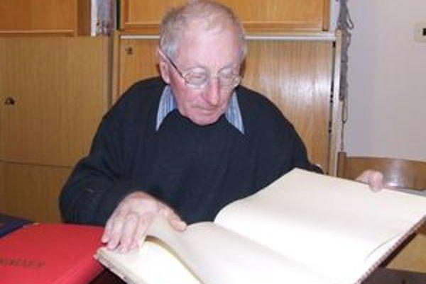 Jaroslav Jurečka zaznamenal do kroniky informácie o všetkých futbalových zápasoch obecného klubu, ale aj rôzne zaujímavosti.