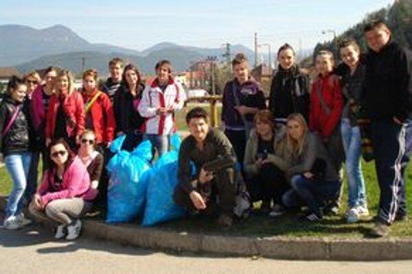Vďaka študentom a miestnym rybárom sú brehy Revúcej v Baničnom čisté.