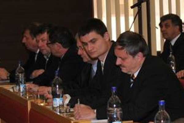 Mimoriadne rokovanie liptovskomikulášskych poslancov malo rýchly spád, pretože program neschválila potrebná nadpolovičná väčšina prítomných poslancov.
