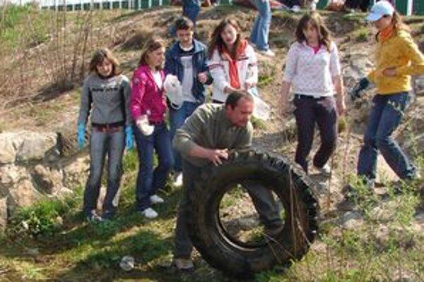 Žiaci mikulášskych základných škôl čistili riečku Smrečianka a jej okolie.