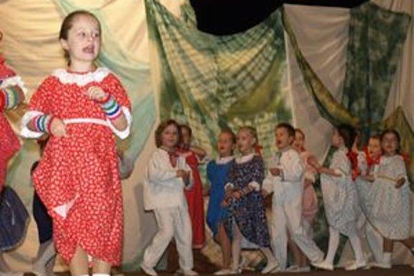 Folklórne skupiny detí aj dospelých sú zárukou, že ľudové tradície na Slovensku zatiaľ nevymierajú.
