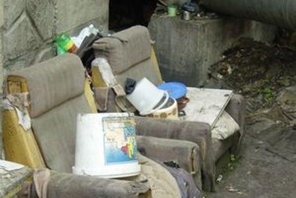 Ľudia bez domova a bez peňazí bývajú často v takýchto obývačkách na ulici. Ružomberská miniBodka im pomáha. Pomoc však musia chcieť prijať,