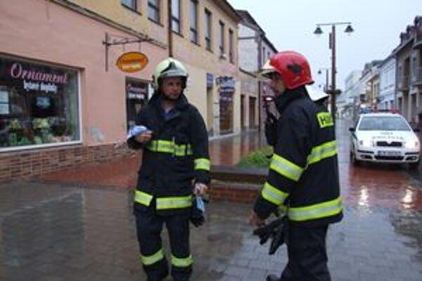 Zaistenú látku hasiči odovzdali príslušníkom štátnej polície.