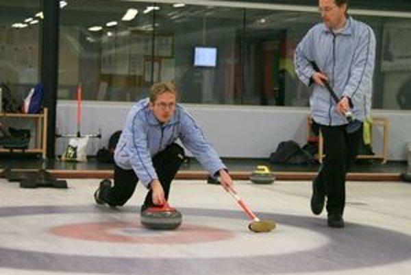 Zakladateľmi curlingu na Slovensku sú bratia Pitoňákovci. Hrá sa na ľade s kameňmi a metlami.