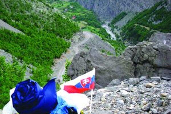 V údoliach albánskych hôr pestovali figy a olivy a na vrcholcoch hôr bol sneh.