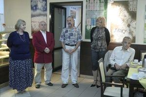 Na vernisáži v Poľsku. Ľubica Uličná stojí vpravo, za ňou jej batikované obrazy.