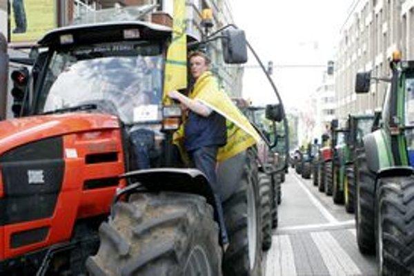 Traktor zišiel z cesty a narazil do ľudí, ktorí sedeli na terase.
