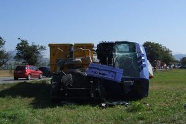 Jeden z kamiónov mal značne poškodenú kabínu a skončil v poli vedľa cesty.