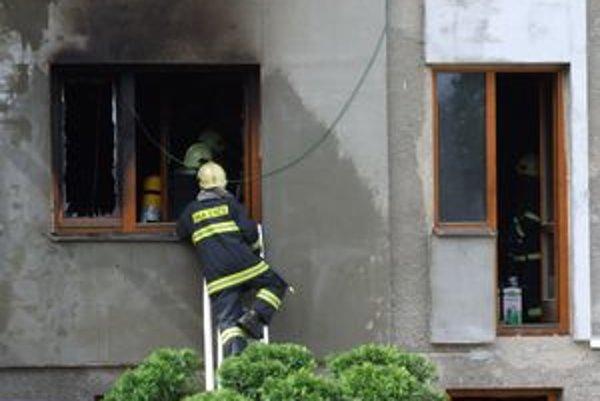 Pri nočnom požiari chaty zasahovali štyria ružomberskí hasiči.