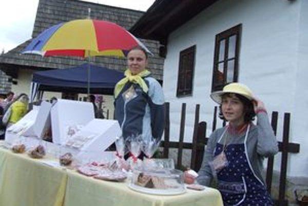 Miroslava Staroňová (vpravo) na súťaži vzbudzovala pozornosť nielen krásnymi medovníkmi, ale aj oblečením.