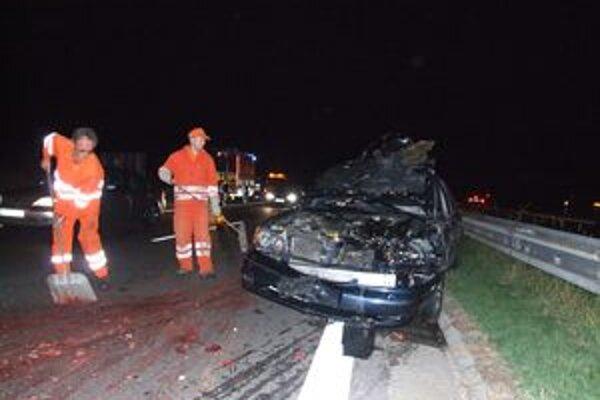 Tvrdý náraz jelenice značne poškodil jedno z áut na diaľnici.