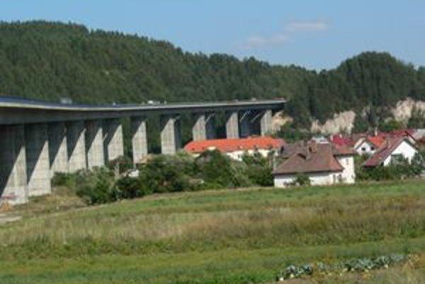 Najdlhší diaľničný most v Podturni stavali prvýkrát na Slovensku letmou montážou.