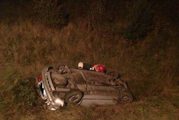 Osobné auto zišlo z cesty a skončilo prevrátené na streche.