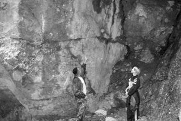 Nápis na skale siaha do výšky viac ako štyri metre voľným okom ho už takmer nevidno.