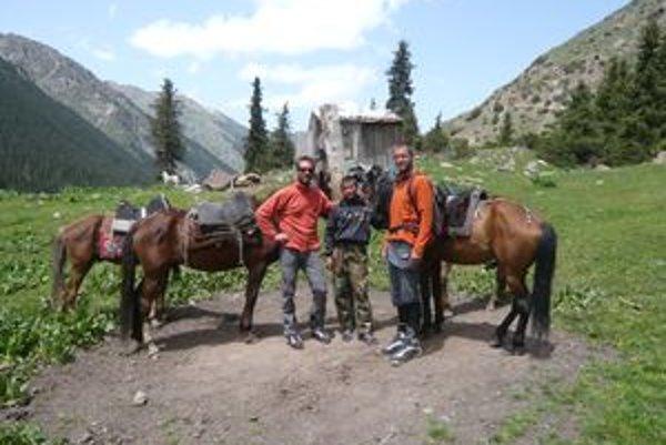 Členovia Lost nomad expedition sa skamarátili s kirgizskými pastiermi a naučili sa jazdiť na koňoch.