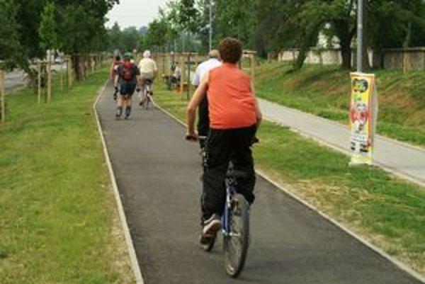 Nový cyklochodník bude slúžiť cyklistom aj tým, ktorí sa radi korčuľujú na kolieskových korčuliach.